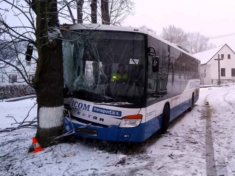 Ve Vydří ráno po smyku narazil autobus do stromu.