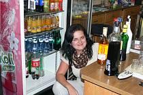 Číšnice hospody Na Hvězdárně Tereza Molzerová vyklízí lednici s alkoholem. Kdy ho vrátí?