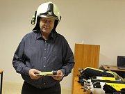Profesionální jednotka hasičů dostala od radnice nové svítilny a tlakové lahve.
