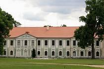 Půvabný lovecký zámek Jemčina se postupně vzpamatovává z let devastace československou lidovou armádou.