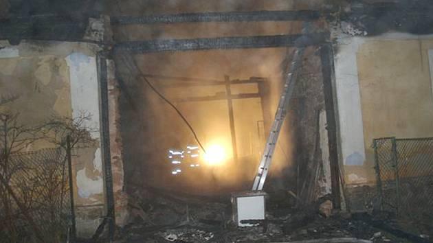 Pohled na vyhořelou chalupu u Mirochova.