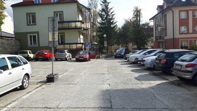 Parkoviště u Švecových kolejí v Hradci.