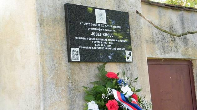 V Plavsku v roce 2019 slavnostně odhalili desku na rodném domě generálmajora Josefa Kholla, který padl v boji o Duklu roku 1944. Nyní je bude usedlost nabídnutá k prodeji.