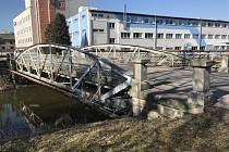 Nýtovaný most vedoucí přes řeku v Dačicích je dnes již pouhou vzpomínkou. Na jeho místě roste nový.