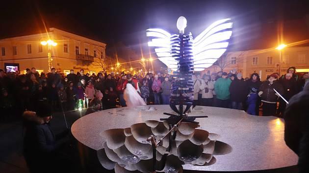 Anděl vytisknutý na 3D tiskárně vloni zářil na Masarykově náměstí v Jindřichově Hradci.Letos bude tradice pokračovat.