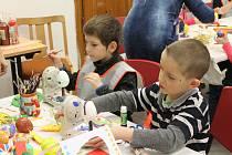 Děti z 2. základní školy zdobí vajíčka v Muzeu Jindřichohradecka.