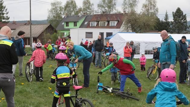 V Kostelní Radouni odstartoval čtvrtý ročník závodů horských kol Radouňské okruhy.