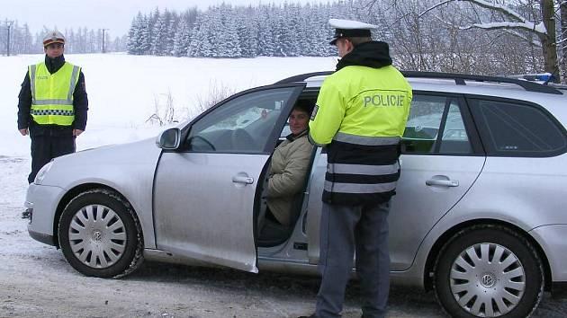 Společná hlídka jindřichohradecké dopravní police a rakouské u Nové Bystřice.