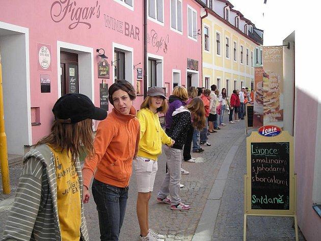 Lidé v Třeboni ve čtvrtek udělali kolo, které se proplétalo ulicemi i parkem.