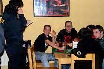 Pro mládež do 18 let platí zákaz konzumace alkoholu. Ilustrační foto.