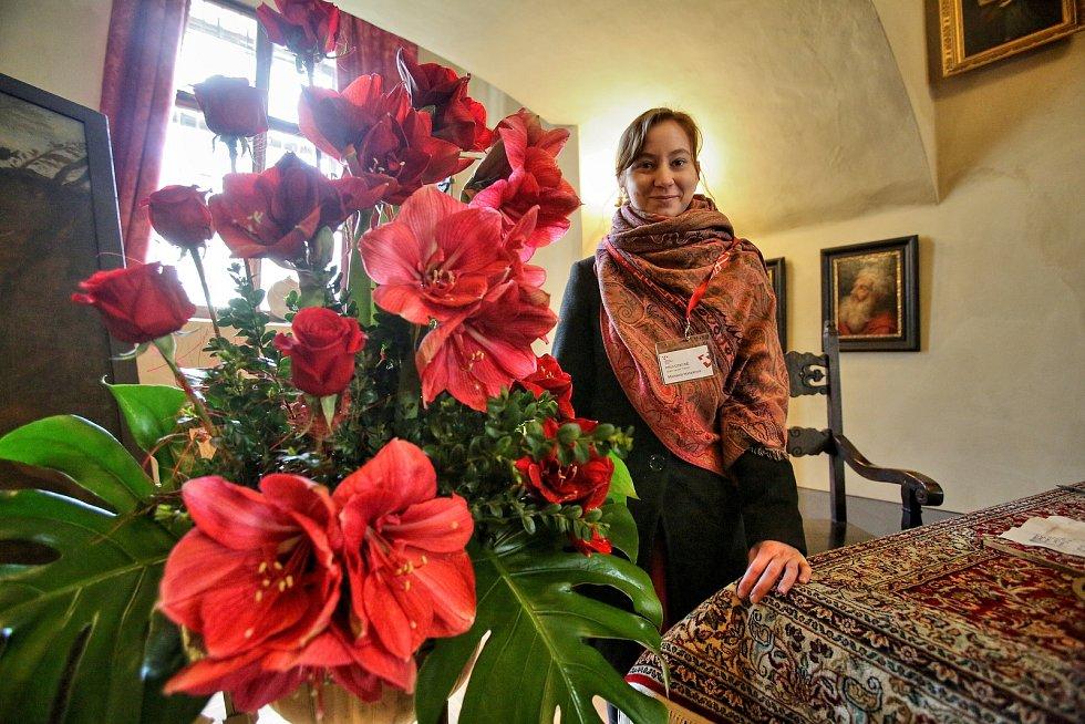 Třeboňské amarylis letos zdobí zámek po vzoru dvorního umlěce Arcimolda. Na snímku průvodkyně Michaela Hanzalová.