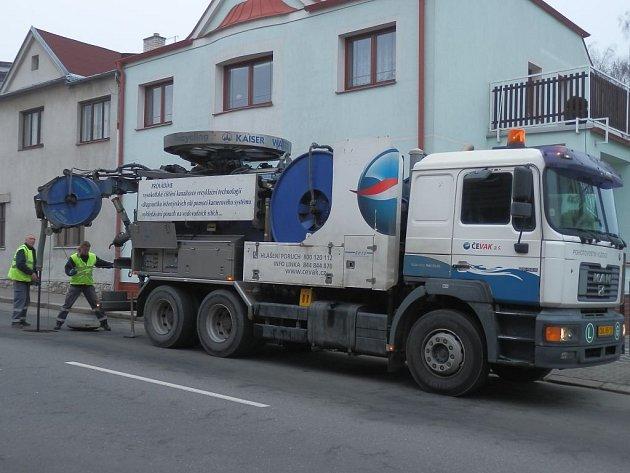 Pracovníci ČEVAKU čistili kanalizaci v jindřichohradecké Claudiusově ulici.