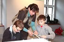 Děti ze 4. A z jindřichohradecké 6. základní školy na velikonočních dílnách na výstavě Malovaná pomlázka.