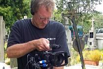 HŘBITOV VE ČLUNKU. Zde byly po bitvě nad Jindřichohradeckem uloženy ostatky dvou amerických letců z osádky sestřelené u Lomů. Vedoucím natáčení dokumentu byl spoluproducent a kameraman Bill Humphreys.