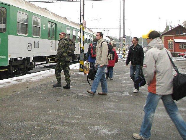 V Jindřichově Hradci byly v pátek vlaky na svém příjezdu opožděny pouze okolo deseti minut. Na snímku přijeli cestující rychlíkem od Českých Budějovic.