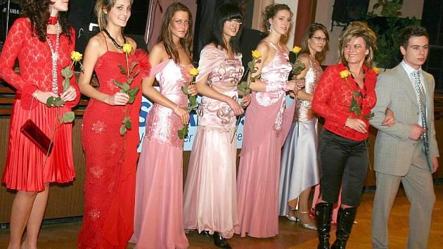 Na loňském  reprezentačním plese města Jindřichův Hradec předvedly mladé modelky společenské šaty.