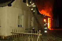 Požár rekreační chalupy ve Dvorech nad Lužnicí.