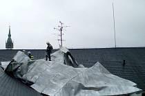 Náporům větru nevydržela vzdorovat ani plechová střecha 2. Základní školy v Jindřichově Hradci a déšť následně promočil stropy.