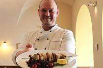PREZIDENTSKÉ MENU.  Na snímku je kuchař restaurace Zdejší kuchyně hotelu Zlatá Hvězda Michal Dušák, který se bude podílet na přípravě menu pro prezidenta.