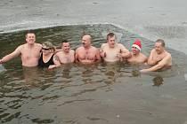 Otužilci se do rybníčku ve Velkém Ratmírově museli prosekat.