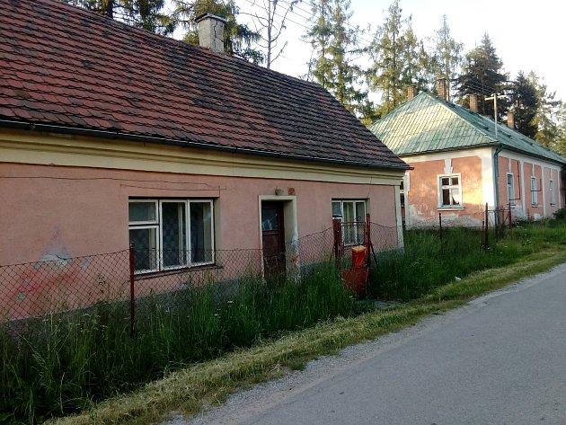 Pohled na chátrající prázdný dům na periferii Jindřichova Hradce, který získal přezdívku všivárna.