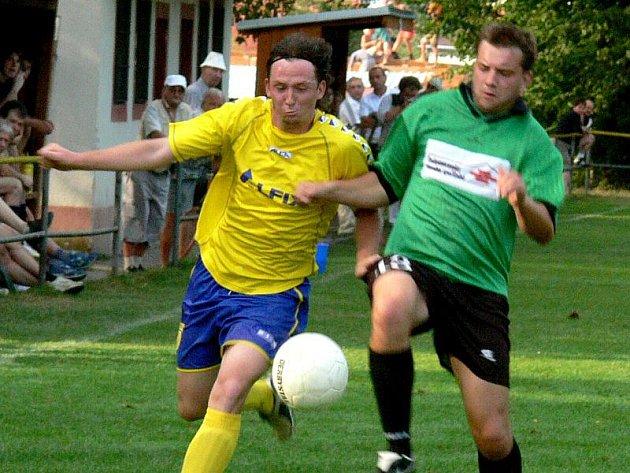 Fotbalisté Kardašovy Řečice ani ve druhém domácím utkání sezony nebodovali. Mladý tým kolem kapitána Tomáše Pražáka (vlevo) potřebuje teprve nasbírat potřebné zkušenosti, naopak vítězný Klikov jich má na rozdávání.