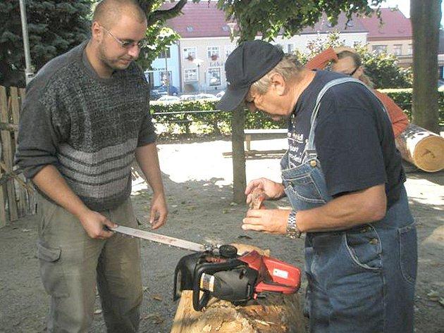 Dačická řežba  je název týdenního sympozia řezbářů,  které bylo včera zahájeno na Palackého náměstí v Dačicích. Snímek je z loňského roku.