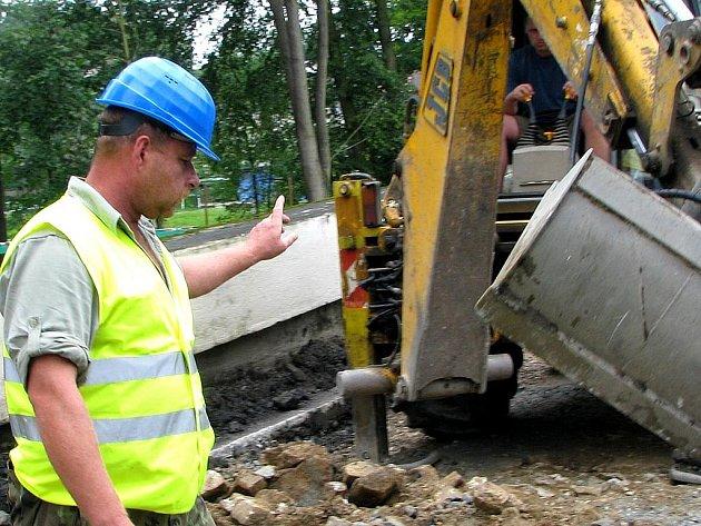 Demolice mostu v Dolním Skrýchově začala