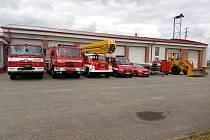 Snímky zobrazují hasičskou stanici v Dačicích v minulosti a dnes.