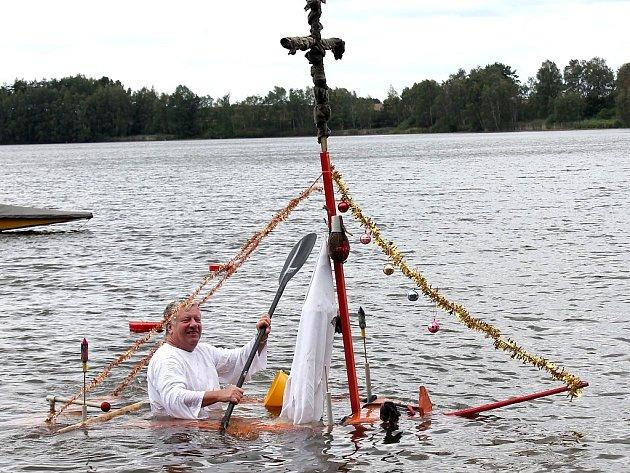 Netradiční plavidla na rybníku Dřevo v Horní Pěně.