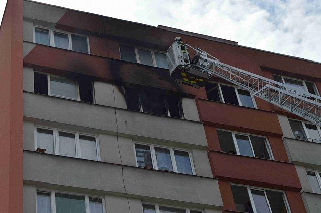 V sedmém patře paneláku na sídlišti Vajgar v J. Hradci hořelo.