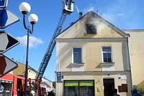 V centru Nové Bystřice hořela střecha rohového domu.