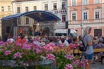 Vystoupení jihomoravské kapely Tempus na náměstí Míru v Hradci.