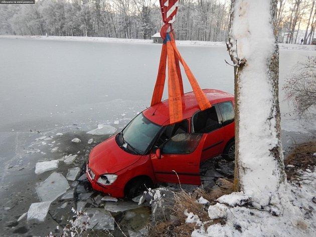 VJistebnici sjelo na Silvestra auto do rybníka.