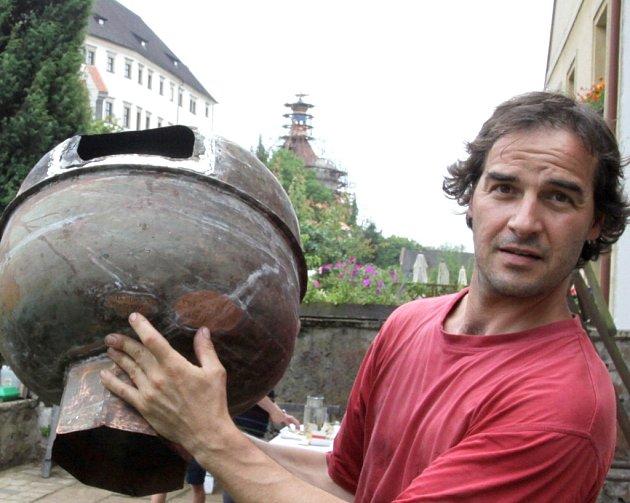 Mistr kovář Ondřej Šimek s makovicí, která ukrývala pamětní schránky