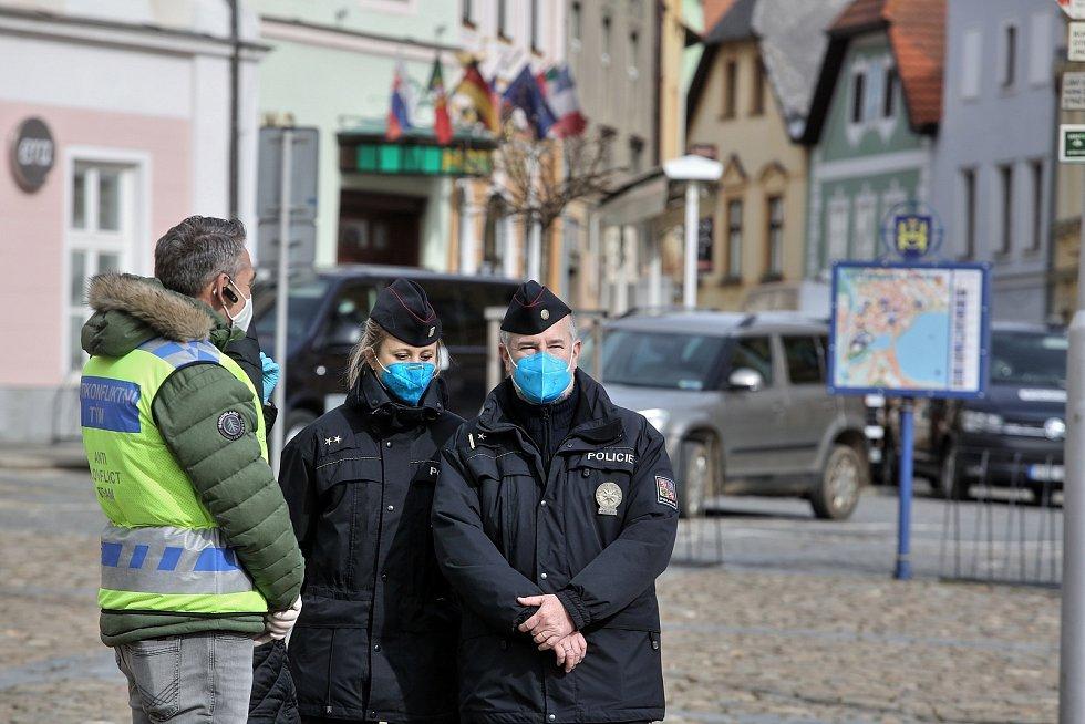 Jiří Machač z Tábora svolal další demonstraci protestující proti anticovidovým opatřením. Tři desítky účastníků se tentokrát sešly v sobotu ve 14 hodin v Jindřichově Hradci.