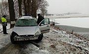 U Vydří auto v noci skončilo v rybníku.