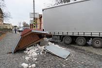 Při otáčení vozidla kamion srazil vlakovou čekárnu na jindřichohradeckém úzkokolejném nádraží. Chodkyně, která v ní v té chvíli čekala na spoj, vyvázla s lehkým zraněním.