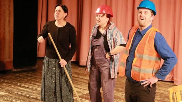 Představení Stop nekalým praktikám sehráli v Kulturním domě Střelnice vJindřichově Hradci herci divadla Pnutí zPrachatic.