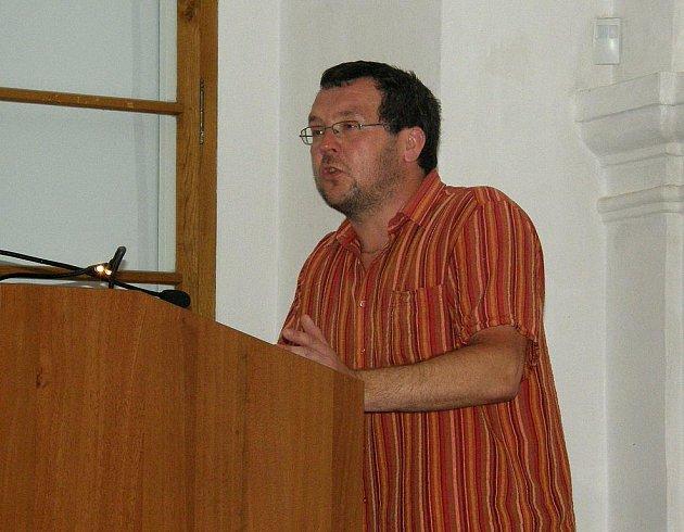 Libor Svoboda přednáší v konferenčním sále Muzea Jindřichohradecka.