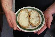 Čerstvé máslo jsme si namazali na dačický škvarkový chleba. Od otevření první šlehačky až po namazání na chléb trvala celá akce 45 minut.
