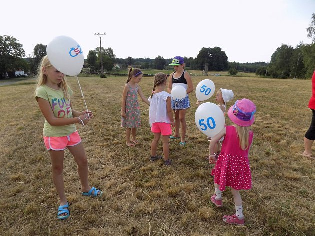 V Žíteči vypouštěli balónky jako připomínku 50 let od založení Českého svazu žen.