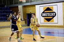 NEJDE TO. Basketbalisté Jindřichova Hradce prohráli s Ostravou doma 84:100. Zleva ostravský Russell Woods, domácí kapitán Stanislav Zuzák a Lukáš Stegbauer.