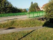 Pohled na místo v Rezkově ulici, kde by měla začínat nová cyklostezka okolo Nežárky až do Dolního Skrýchova. V současné době je zde zarostlá pěšina. Přitom dříve zde byla krásná louka.