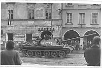 Třeboňské náměstí z doby asi 21. až 23. srpna 1968 s tankem před vchodem do restaurace Beseda, na levé straně snímku je vidět vyvěšená černá vlajka.