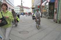 V jindřichohradecké Panské ulici mnozí cyklisté dopravní značku Pěší zóna nerespektují.
