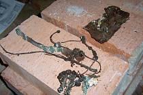 Tajemství krypty v jindřichohradeckém kostele Nanebevzetí Panny Marie. K nejčastějším nálezům patřily křížky a medailonky, růžence, ale také fragmenty kožených bot, obleků, skleněné knoflíky či další ozdoby.