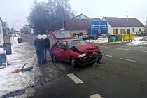 Při páteční nehodě v Jarošově na návsi zůstalo na místě havarované auto s posádkou a druhý aktér ujel.