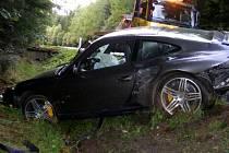 U Jarošova nad Nežárkou ve směru na Strmilov havaroval řidič porsche. Auto narazilo do betonového mostku a řidič byl na místě mrtvý.