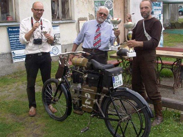 po překonání téměř dvou tisíc kilometrů ukončili svou strastiplnou jízdu na motocyklech z počátku dvacátého století Libor Marčík s Petrem Hošťálkem v Muzeu motorových kol v Horní Radouni.